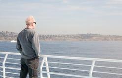 Obsługuje pozycję na łódkowaty przyglądającym out nawadniać Obrazy Royalty Free