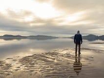 Obsługuje pozycję przy plażą, odbicia mężczyzna w wodzie Spokojny morze, mgła i mgła, Hamresanden, Kristiansand Fotografia Royalty Free