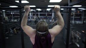 Obsługuje próbować ciągnąć w górę jego ciężkiego ciała, przyrostowa mięsień siła, trening w gym zbiory wideo