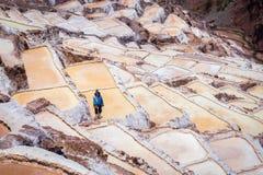 Obsługuje pracować solankowych odparowywanie stawy w Maras, Peru obraz stock
