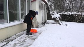 Obsługuje pracownika czysty śnieg od ścieżki blisko mieści w zima parku 4K zdjęcie wideo