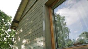 Obsługuje pracownika maluje drewnianą domową zewnętrzną ścianę z paintbrush i drewnianym ochronnym kolorem zbiory