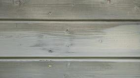 Obsługuje pracownika maluje drewnianą domową zewnętrzną ścianę z paintbrush i drewnianym ochronnym kolorem zbiory wideo