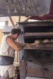 Obsługuje pracującego chleb w średniowiecznym rynku w à  Vila Fotografia Stock