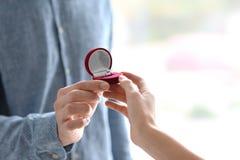 Obsługuje proponować jego ukochany z pięknym pierścionkiem zaręczynowym, obrazy stock