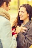 Obsługuje proponować kobieta w jesień parku zdjęcie stock