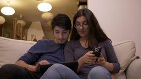 Obsługuje przedstawiać dane na pastylka komputerze osobistym podczas gdy kobieta używa smartphone dyktować dane używać technologi zdjęcie wideo
