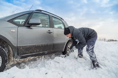 Obsługuje przeszuflowywać śnieg uwalniać jego zablokowanego samochód Obrazy Stock