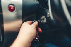 Obsługuje rękę czopuje wewnątrz klucz zaczyna silnika samochód Fotografia Stock