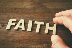 Obsługuje rękę literuje słowo wiara od drewnianych listów, retro stylowy wizerunek Obraz Stock