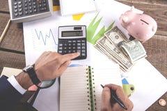 Obsługuje ręka kalkulatora z notepad na biurowym biurku zdjęcia royalty free