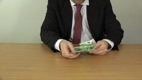 Obsługuje ręka wp8lywy pieniądze od kieszeni, liczy dalej stół i stawia, 4K zbiory