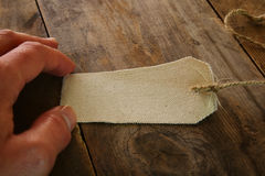 obsługuje ręki mienia brezentowego bilet nad drewnianym stołem Obrazy Stock