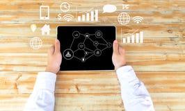 Obsługuje ręki mienia laptop widzii biznes, technologię, internet i networking, Obraz Royalty Free