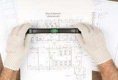 Obsługuje ręki w rękawiczkach trzyma budowniczych równi Zdjęcia Royalty Free