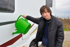 Mężczyzna refilling obozowicza zbiornik wodny (RV) obraz royalty free