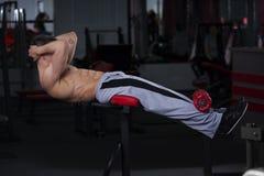 Obsługuje robić ćwiczeniu na brzusznej ławce w gym, perfect mięśniowy męski ciało Zdjęcie Royalty Free