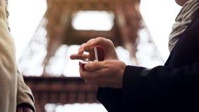 Obsługuje robić małżeństwo propozyci na tle wieża eifla jego ukochana kobieta obraz royalty free