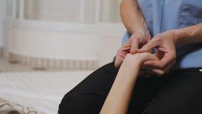 Obsługuje robić masażowi ręki młoda dziewczyna zbiory wideo