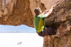 Obsługuje rockowego pięcia kamienia falezę, Salar De Uyuni Boliwia Zdjęcie Stock