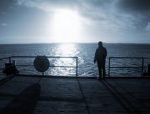 Obsługuje samotnego pobyt na morze moście i ogląda zadziwiającego wschód słońca fotografia stock