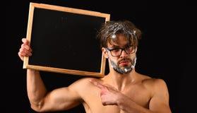 Obsługuje seksownej mięśniowej półpostaci ciała chwyta blackboard kopii nagą przestrzeń Macho atrakcyjny nagi faceta przedstawien obrazy stock