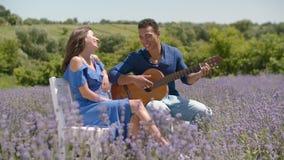 Obsługuje serenading jego dziewczyny z gitarą w naturze zbiory