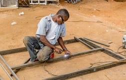 Obsługuje spawalniczą stal z oświetleniem wokoło w Kibera slamsy, Nairobia Zdjęcia Royalty Free