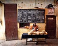 Obsługuje sprzedawać typowego arabskiego chleb w rynku Maroko Zdjęcia Stock
