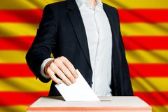 Obsługuje stawiać tajne głosowanie w głosuje pudełko Demokraci wolności pojęcie fotografia stock