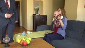 Obsługuje stawiającej euro kobiety z dzieckiem i buziakiem Mężczyzna bierze opieki rodziny zbiory wideo