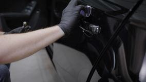 Obsługuje stosować ochrony warstwę ceraminc narzut na samochodzie z specjalnym narzędziem zbiory wideo
