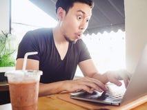 Obsługuje szczęśliwego i ekscytuje z jego sukcesem w laptopie obraz stock