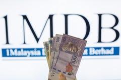 Obsługuje trzymać Malezja Ringgit z burr 1MDB tłem wskazuje USA rzędu inves Obraz Stock