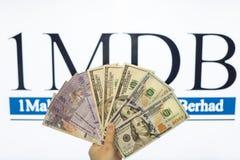 Obsługuje trzymać Malezja Ringgit z burr 1MDB tłem wskazuje USA rzędu inves Fotografia Stock