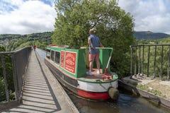 Obsługuje trzymać tiller narrowboat akweduktu skrzyżowanie UK Zdjęcia Royalty Free