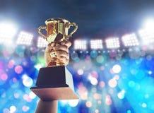 Obsługuje trzymać up złocistą trofeum filiżankę, wygrany pojęcie Zdjęcie Royalty Free