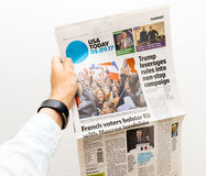 Obsługuje trzymać USA Today gazetowy z Emmanuel Macron na pierwszy pa Obraz Stock