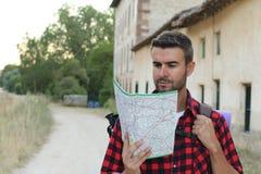 Obsługuje turysty w Europejskiej wsi czyta mapę błękitny samochodowej miasta pojęcia Dublin mapy mała turystyka Mężczyzna z mapą  obraz royalty free