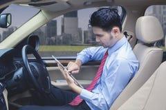 Obsługuje używać cyfrową pastylkę podczas gdy zatrzymujący na drodze zdjęcie stock