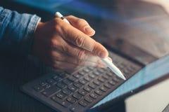 Obsługuje używać elektroniczną pastylka doku stację przy biurem Zbliżenie męska ręka wskazuje na przyrządu ekranu elektronicznym  Obraz Royalty Free