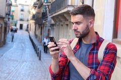 Obsługuje używać GPS na jego telefonie komórkowym znajdować prawego sposób obrazy royalty free