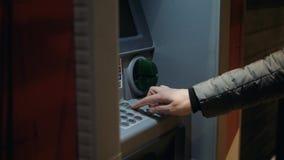 Obsługuje używać jego kartę kredytową w atm dla gotówkowego wycofania, wałkowego kodu pieniądze centrum handlowego Europe lub mia zbiory