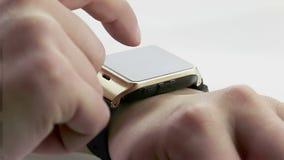 Obsługuje używać jego smartwatch app na białym tle, nowa technologia zdjęcie wideo