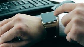 Obsługuje używać jego smartwatch app w biurze, nowa technologia zdjęcie wideo