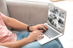 Obsługuje używać laptop dla monitorować CCTV kamery indoors obraz royalty free
