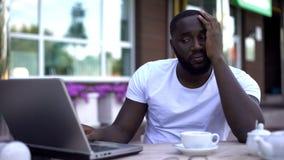 Obsługuje używać laptop, spęczenie z bezrobociem, rynek pracy kryzys, akcydensowa rewizja zdjęcie royalty free