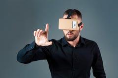 Obsługuje używać nową rzeczywistości wirtualnej słuchawki na popielatym tle fotografia royalty free