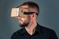 Obsługuje używać nową rzeczywistości wirtualnej słuchawki na popielatym tle obrazy stock
