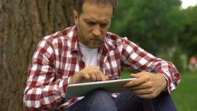 Obsługuje używać online bankowość app na pastylce, korzystnie terminach i interesie, pieniądze potrzeba zbiory wideo
